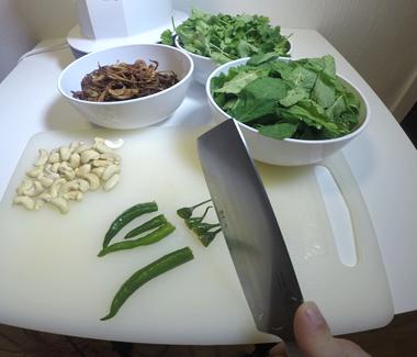 skær stilken af de grønne chilier
