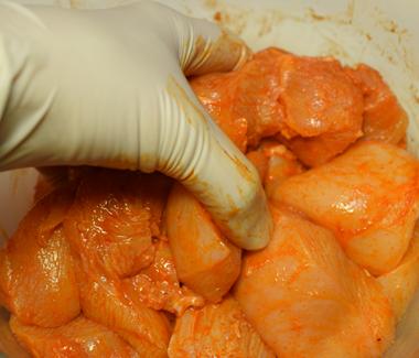 Gnid marinaden godt ind i kyllingestykkerne.