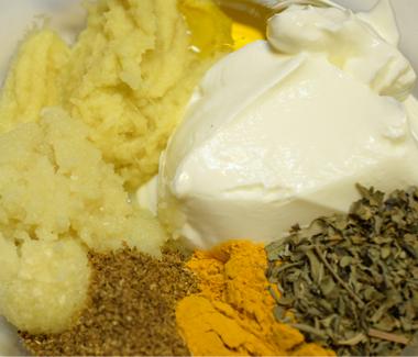 Yoghurt, sennepsolie, hvidløg, ingefær, stødte krydderier og tørrede bukkehornsblade