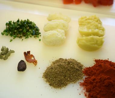 Hakkede grøn chili, pureret hvidløg og ingefær, muskatblomme, sorte og grøn kardemomme, kashmiri chilipulver og garam masala.