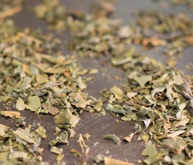På en pande uden fedtstof tørrister du en lille håndfuld tørrede bukkehornsblade.