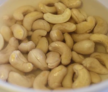 Læg cashewnødderne i blød i en skål med kogende vand.