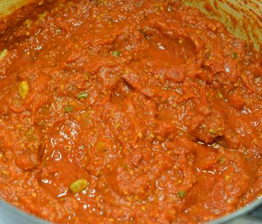 Efter 2 timer er tomatsovsen kogt godt ind og færdig.