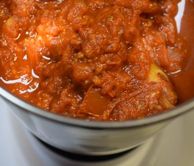 Blend tomatsovsen (inkl. de hele krydderier, undtagen den sorte kardemomme) til en fin puré.